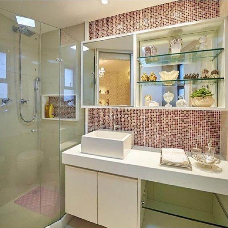 modelo de banheiro de apartamento decorado com armário suspenso e pastilhas rosa Foto LM Arquitetura