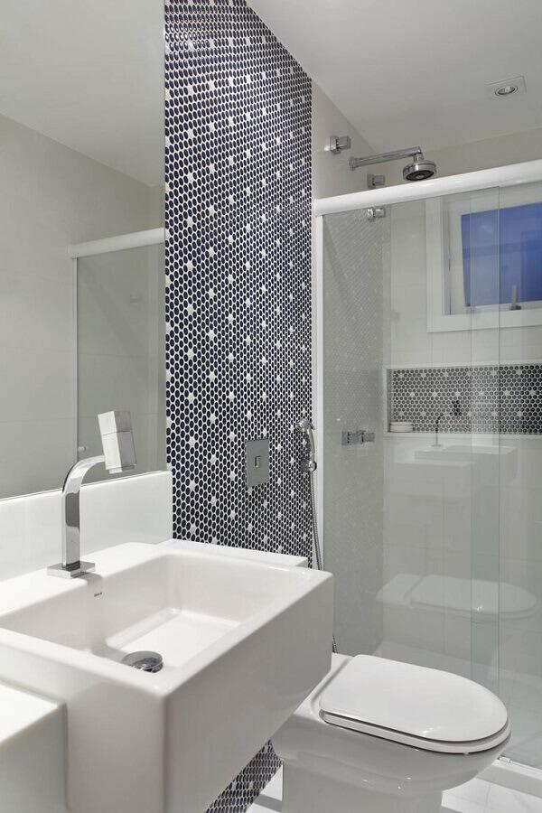 modelo de banheiro de apartamento pequeno decorado com pastilhas hexagonais Foto Pinterest