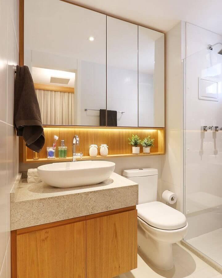 modelo de banheiro de apartamento planejado com armários de madeira Foto Webcomunica