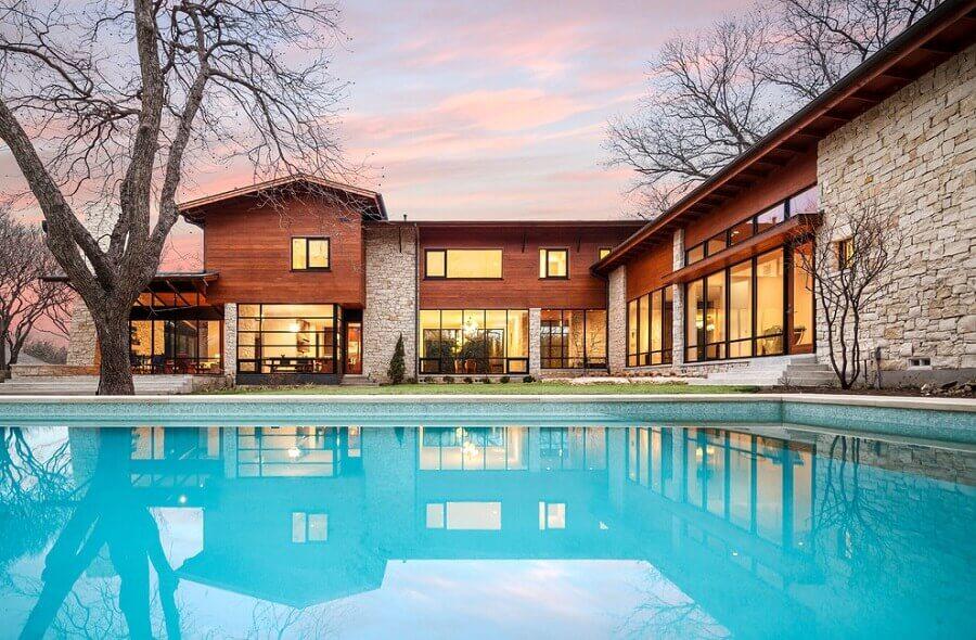 modelo de casa em l com piscina e casa com revestimento de madeira e pedra Foto Pinterest