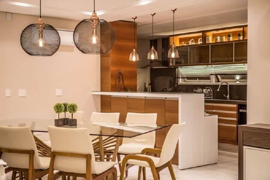 modelo diferente de luminária pendente cobre para sala de jantar com mesa de vidro Foto Mowa Arquitetura
