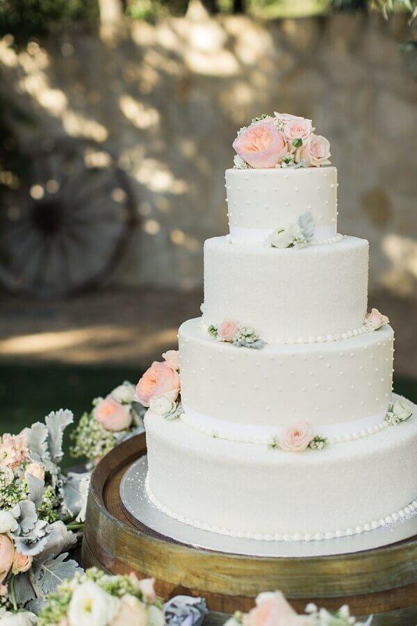 modelo tradicional de bolo de aniversário de casamento todo branco 4 andares Foto iCasei