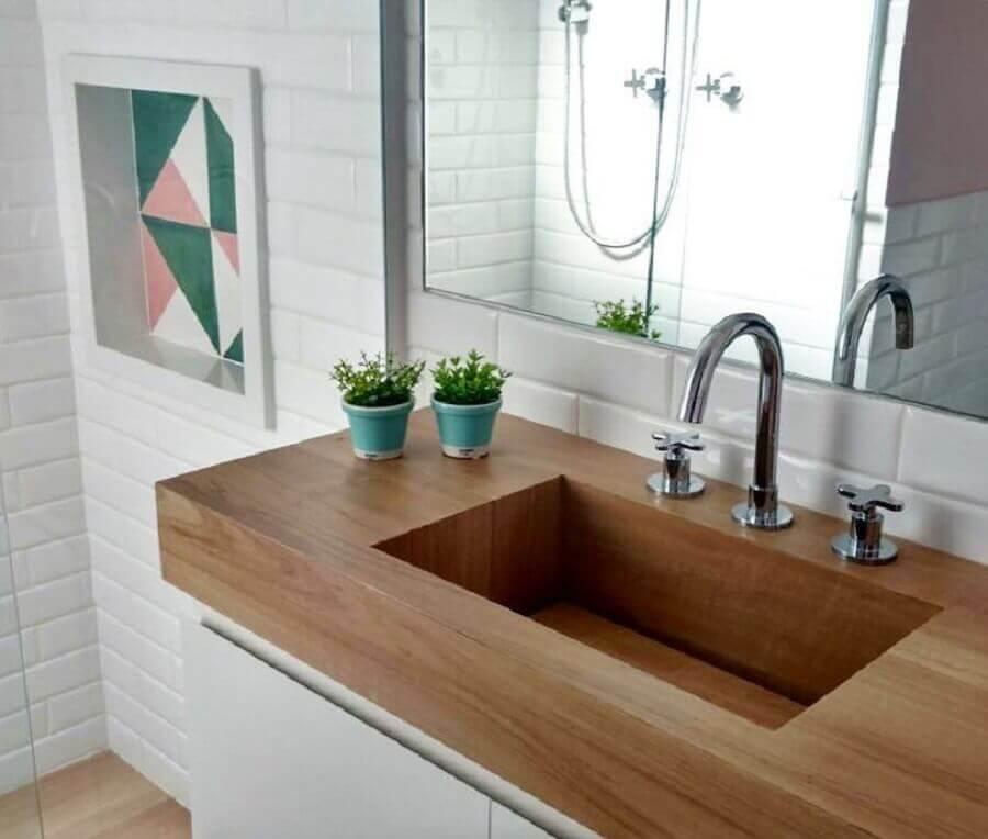 modelos de pia para banheiro pequeno esculpida feita em madeira Foto Arquiteta Evelyn Luci