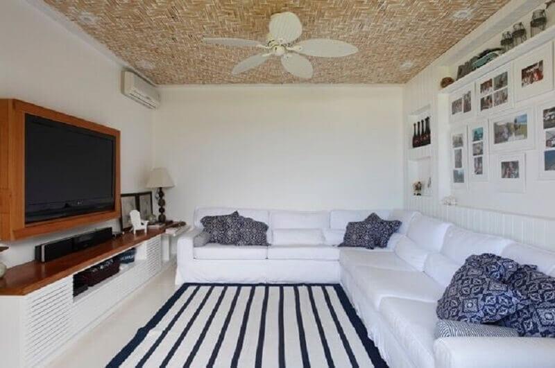 modelos de rack com painel para sala toda branca com tapete listrado Foto Paola Ribeiro