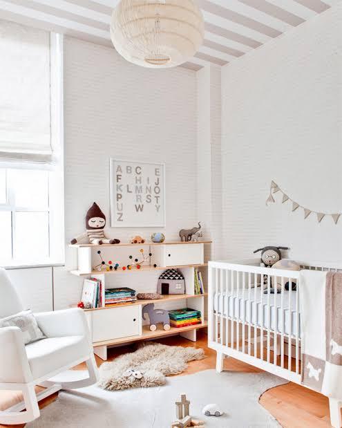 Móveis retrô branco e delicados para quarto de bebê