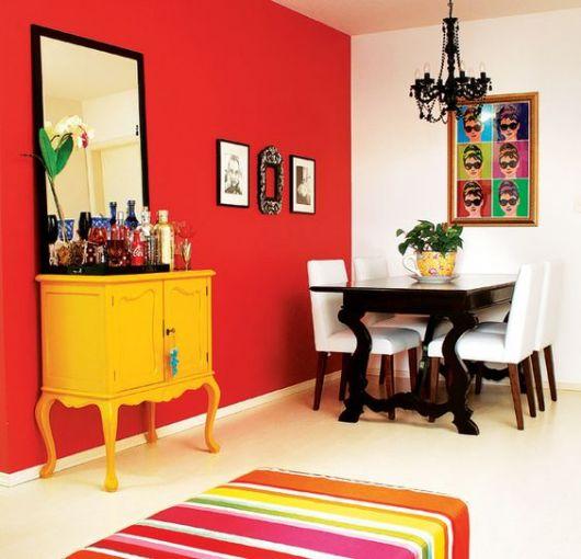 Móveis retrô com parede vermelha