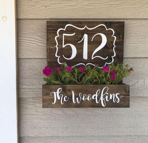 Número de casa com canteiro de flores