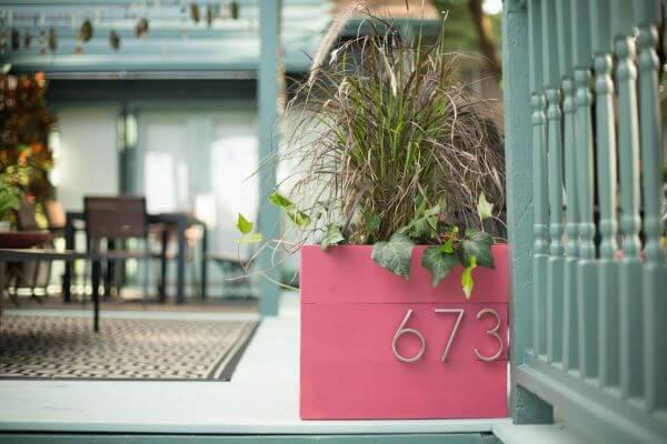 Número de casa com vaso rosa