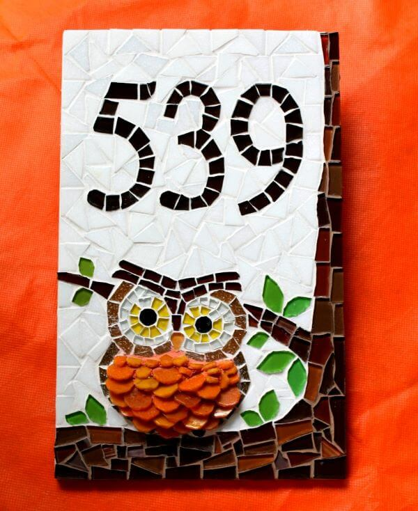 Número de casa em mosaico com coruja