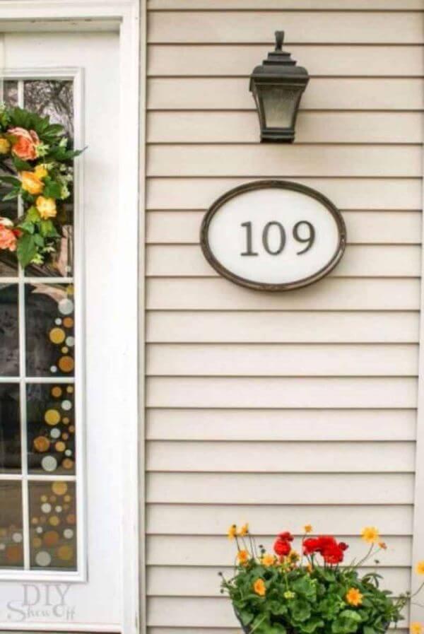 Número de casa com flores na porta