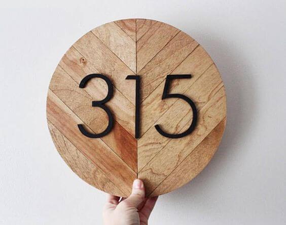 Número de casa personalizado com madeira