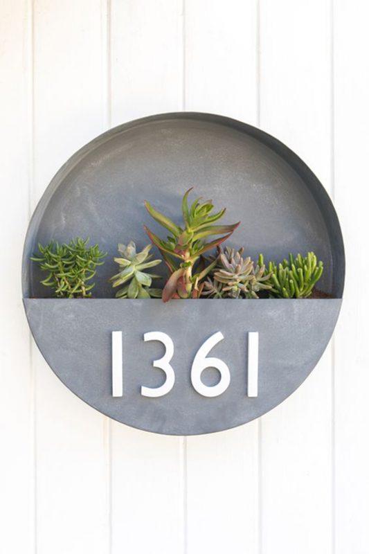 Número de casa rústico com suculentas