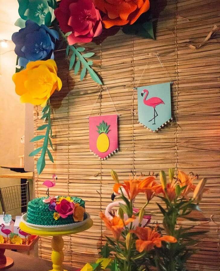 rustic panel for tropical flamingo party decorated with paper flowers Photo Tiquinho de Cor