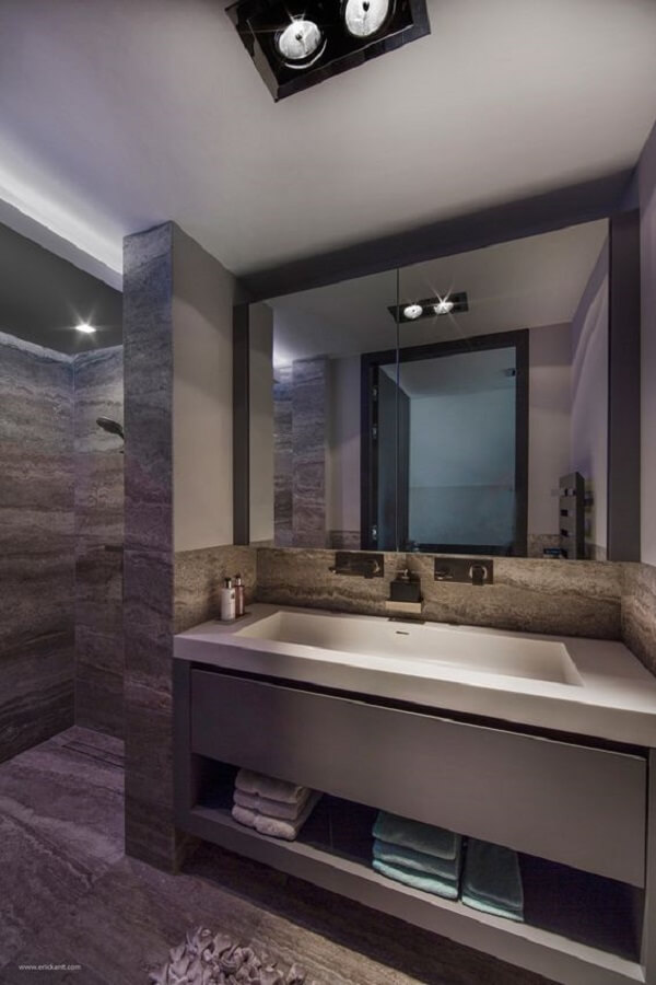 Armário com espelho para banheiro com recorte discreto