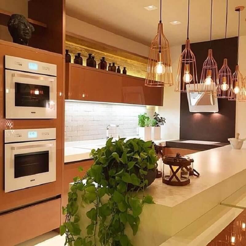 pendente aramado cobre para decoração de cozinha planejada marrom Foto Romero Duarte & Arquitetos