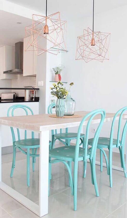 pendente aramado cobre para decoração de sala de jantar com mesa de madeira e cadeiras azul tiffany Foto Assetproject