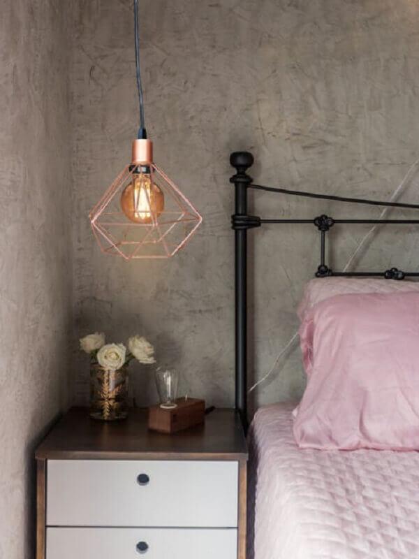 pendente aramado cobre para quarto decorado com parede de cimento queimado Foto Tudo Orna