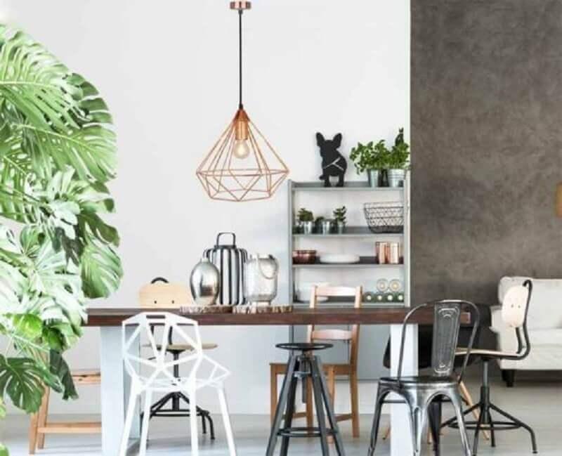 pendente aramado cobre para sala de jantar decorada com cadeiras diferentes Foto IllumiOn