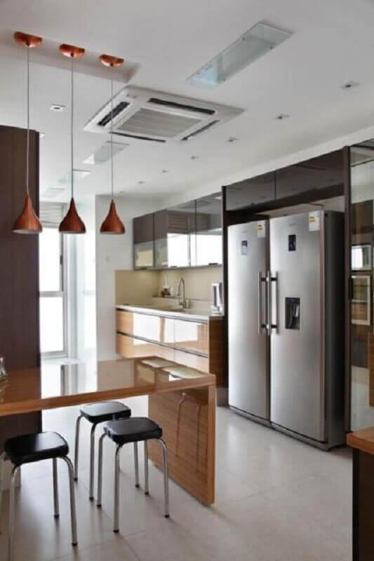 pendente cobre para decoração de cozinha planejada com bancada de madeira Foto HomePro