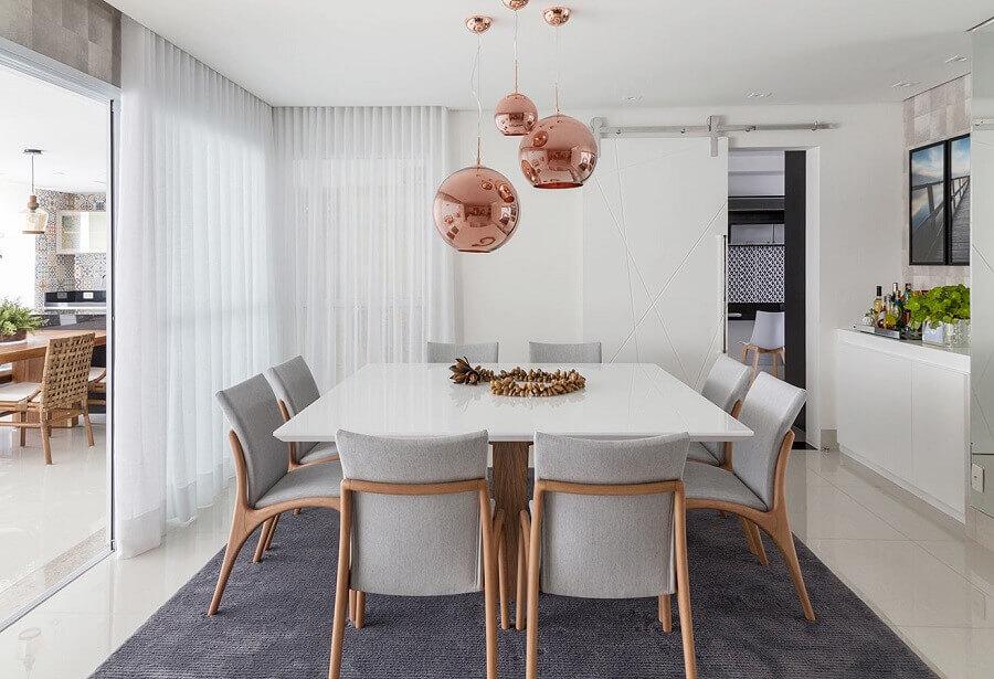 pendente cobre rose redondo para decoração de sala de jantar moderna branca e cinza Foto Érica Salgueiro Arquitetura e Decoração