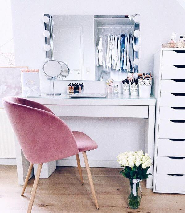 Penteadeira camarim com cadeira rosa