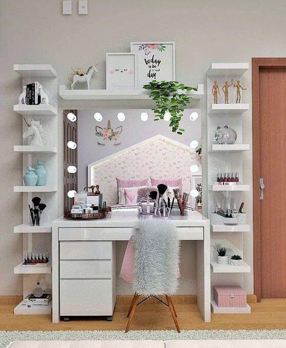 Penteadeira camarim com prateleiras decorativas ao lado
