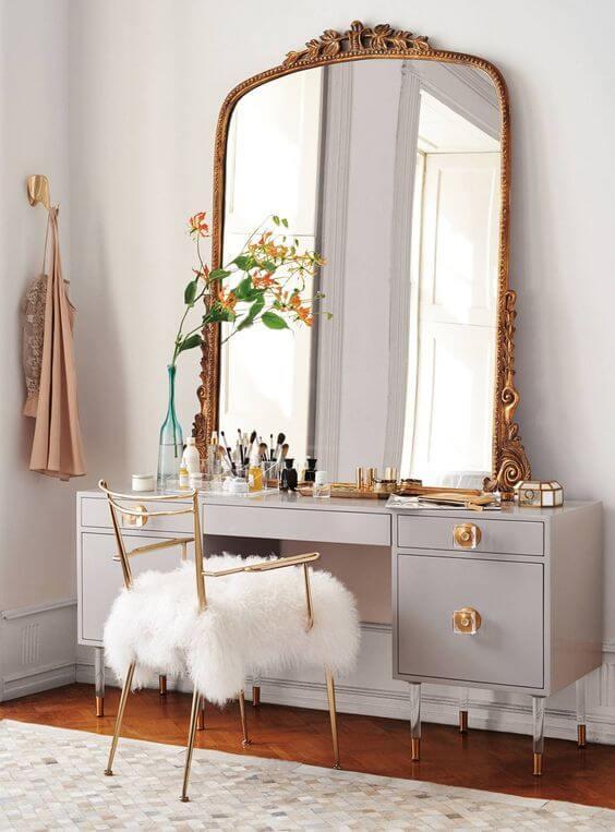 Penteadeira com espelho grande e bonito