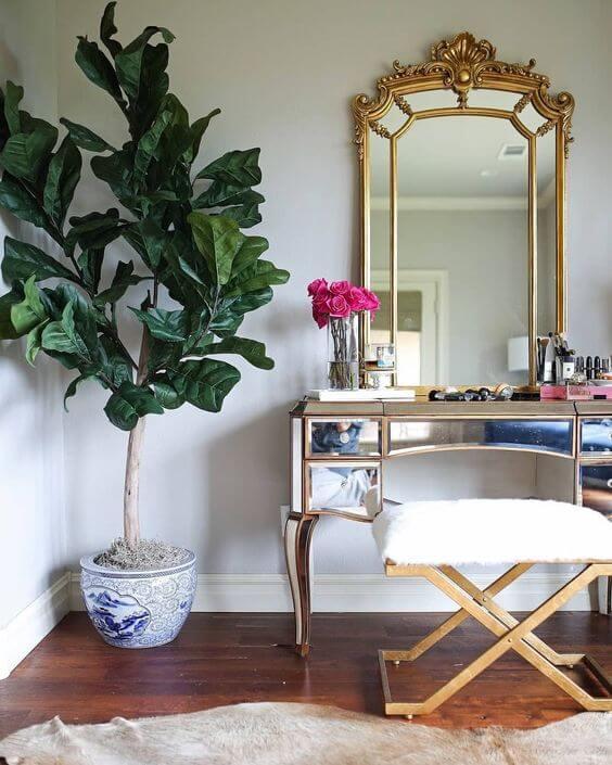 Penteadeira espelhada com detalhes em dourado