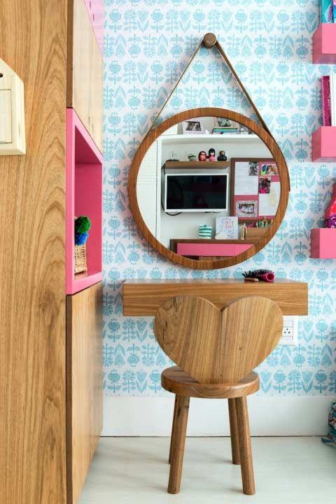 Penteadeira infantil com cadeira em formato de espelho