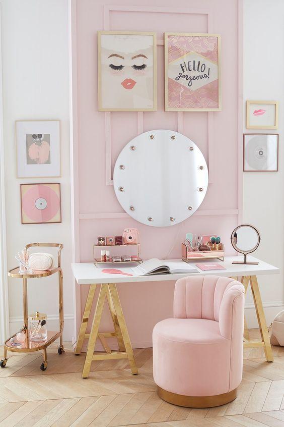 Penteadeira pequena em tons de rosa para crianças