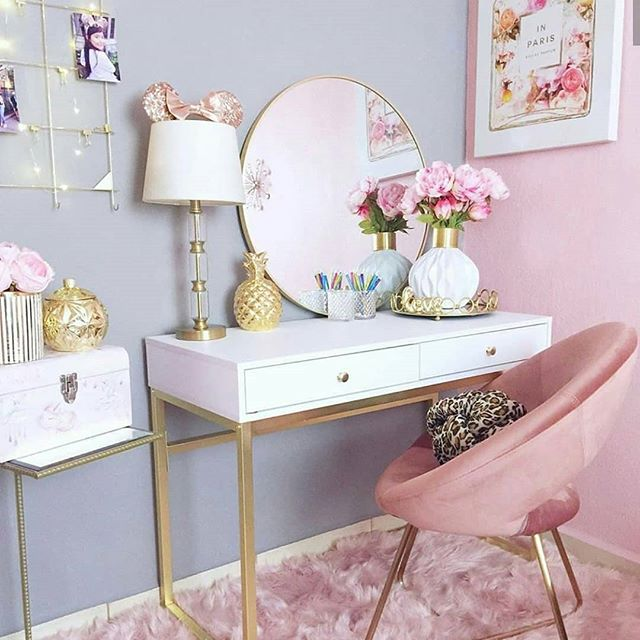 Penteadeira para quarto cor de rosa e cinza com detalhes em dourado