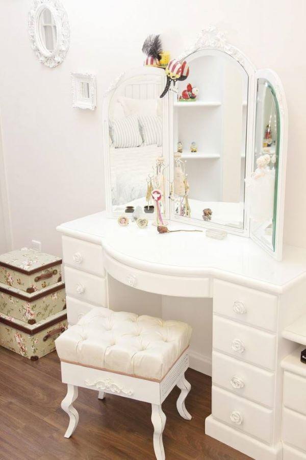 Penteadeira provençal com três espelhos