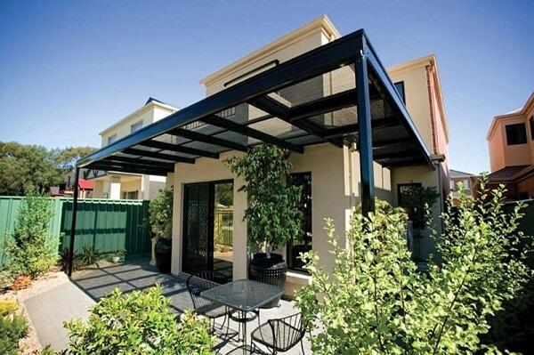 A cobertura com vidro protege a lateral da casa