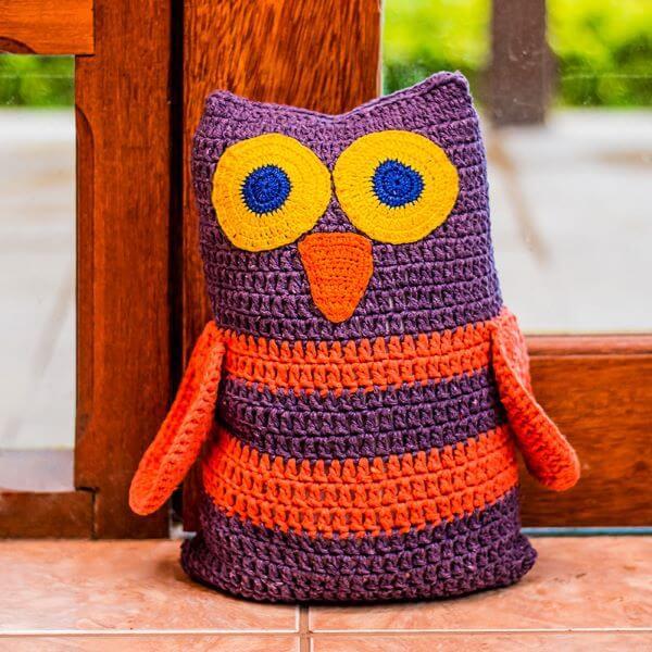 Coruja colorida para segurar a porta de casa