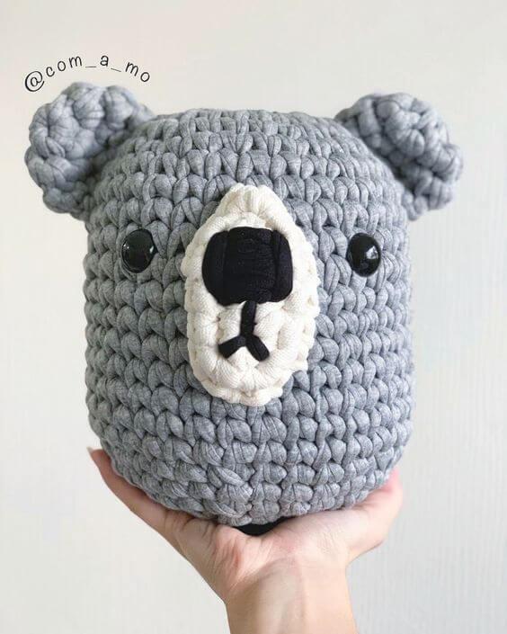 Peso de porta de crochê com cara de coala