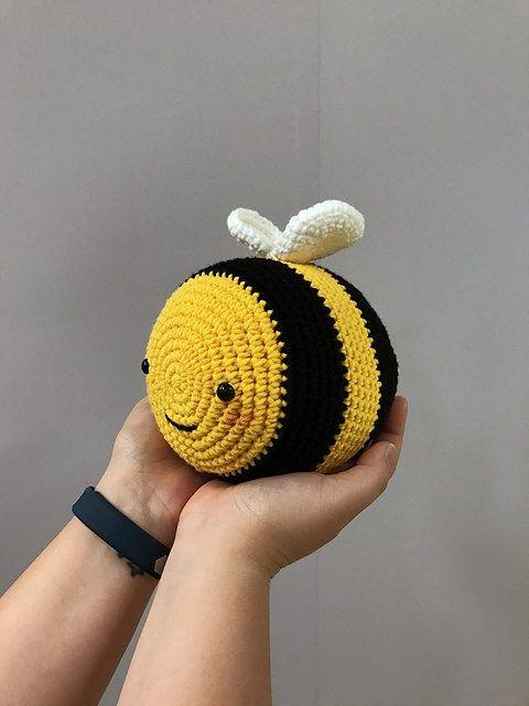 Peso para porta de crochê com abelha