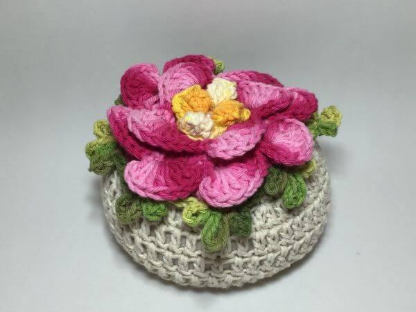 Peso de porta em crochê com flor