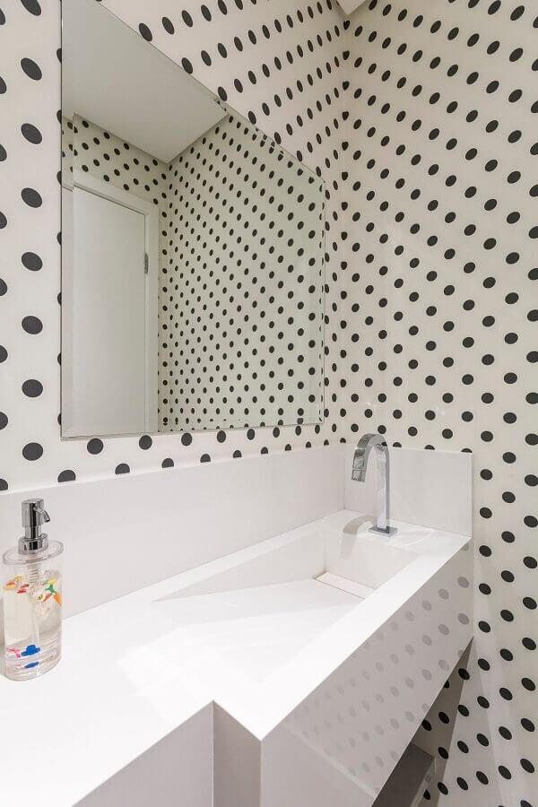 pia para banheiro pequeno decorado com papel de parede de bolinha Foto Idealizzare Arquitetos