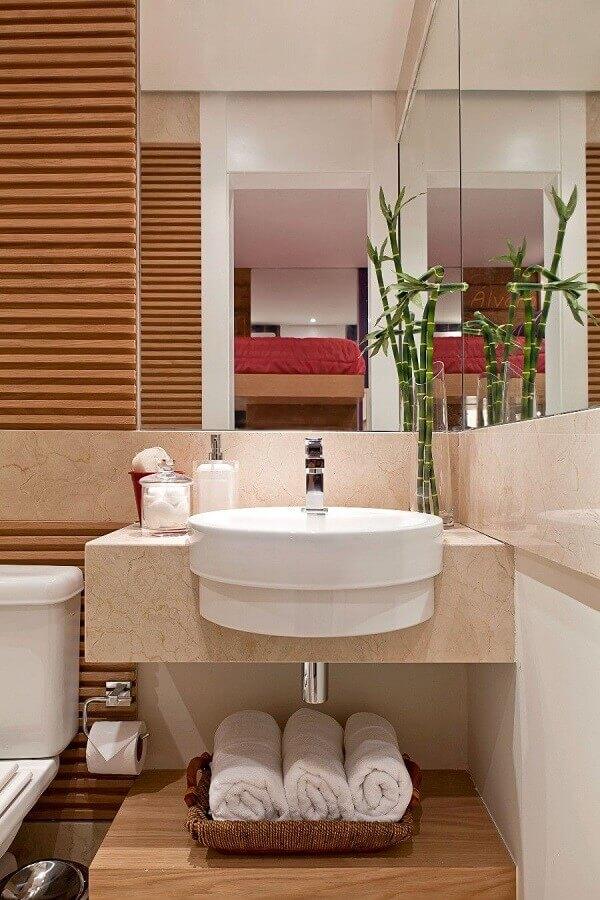 pia para banheiro pequeno decorado em tons neutros com detalhes em madeira Foto Webcomunica
