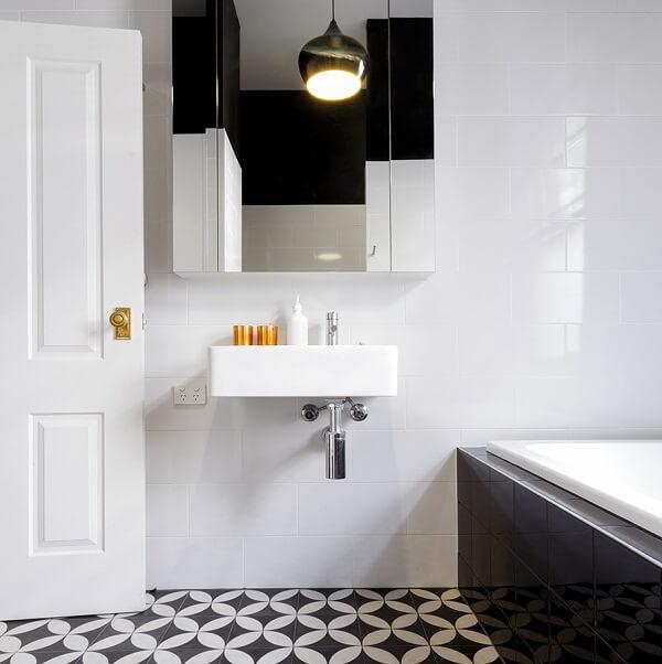 Armário aéreo com espelho para banheiro maior no centro e menor nas laterais