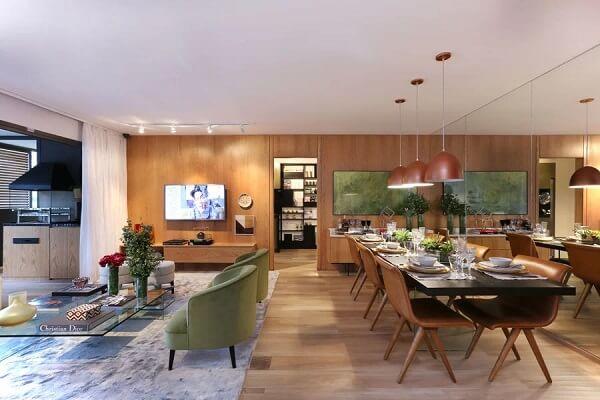Ambiente integrado com parede espelhada e piso laminado