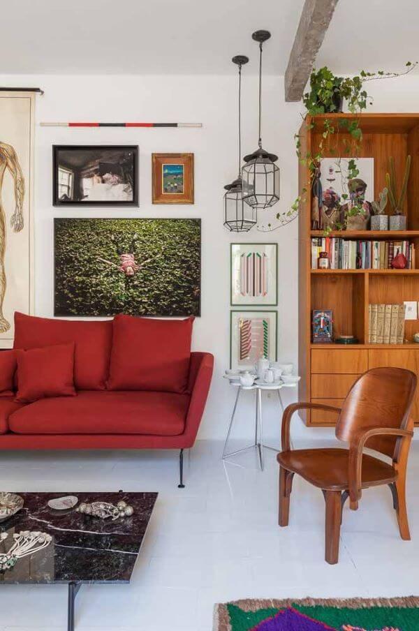 Sala vermelha com móveis de madeira