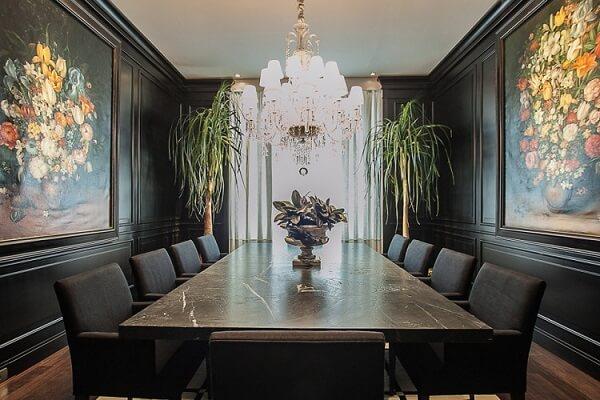 Sala de jantar com decoração preta imprime luxo e elegância