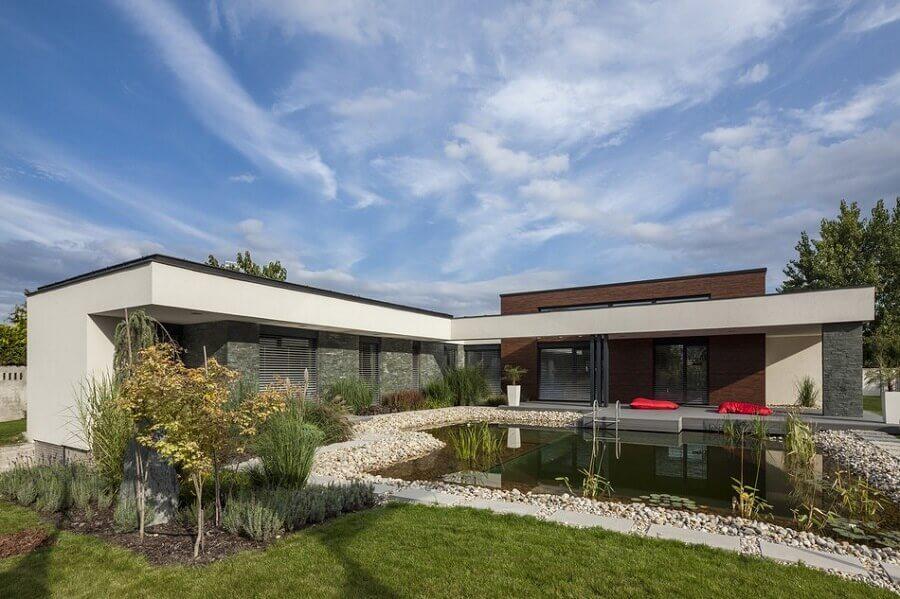 projeto de casa em l com piscina e jardim Foto Assetproject