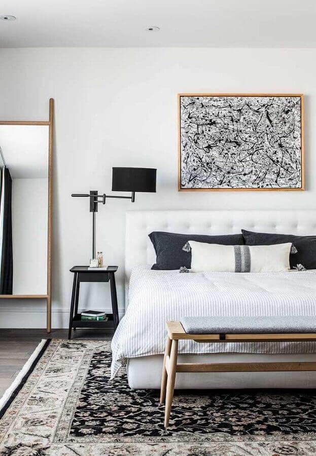 quadro preto e branco para quarto de casal com cabeceira branca e espelho grande Foto Pinterest