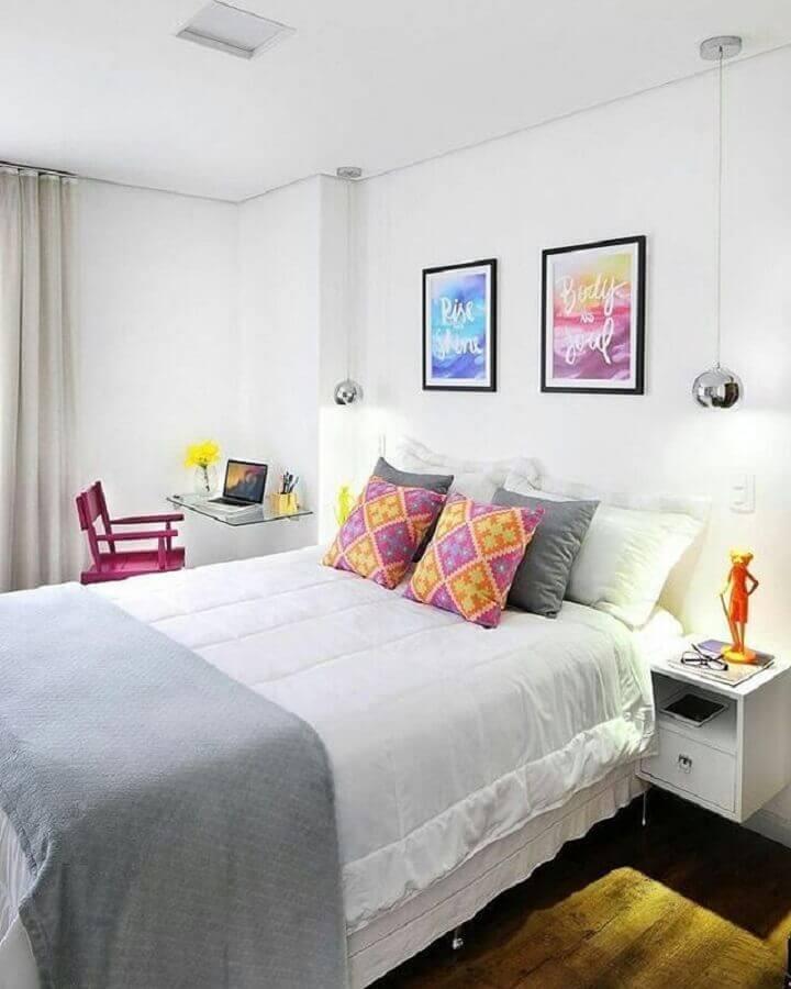 quadros coloridos para quarto de casal todo branco Foto Homedit