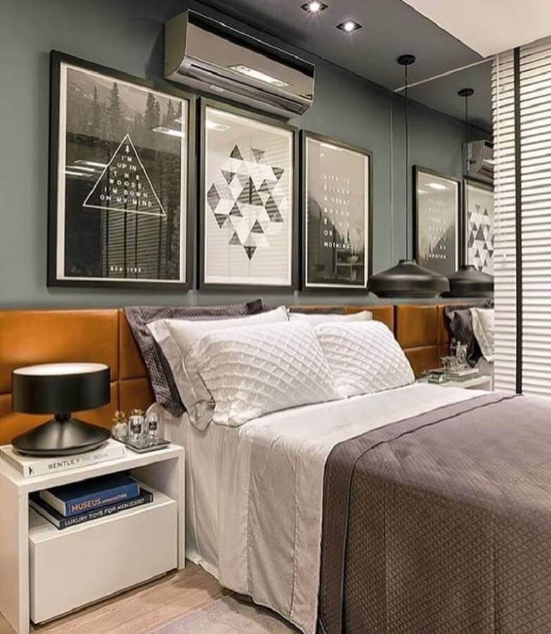 quadros decorativos preto e branco para quarto moderno com cabeceira estofada de couro Foto Revista VD