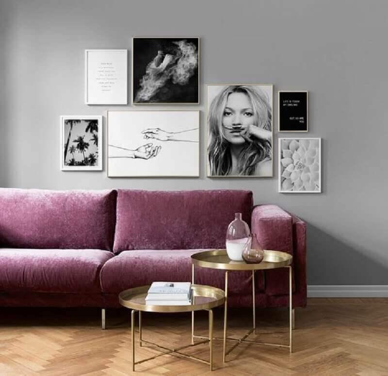 quadros preto e branco para sala com sofá roxo Foto Bemz