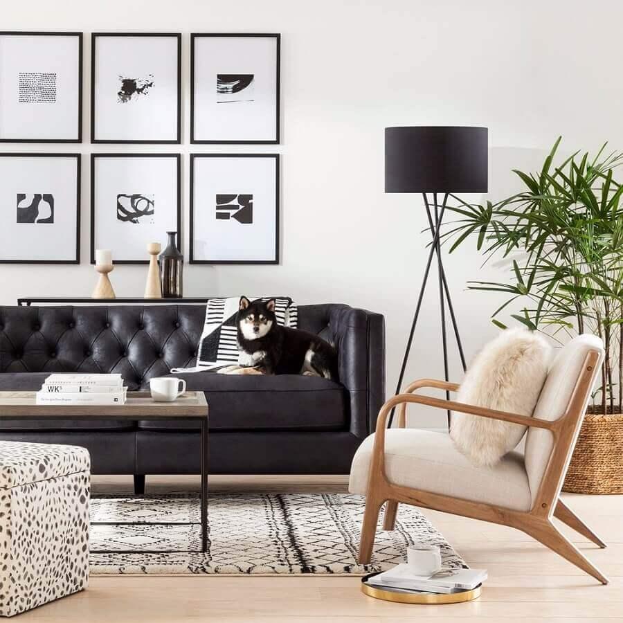 quadros preto e branco para sala de estar com sofá preto e abajur de chão Foto Target