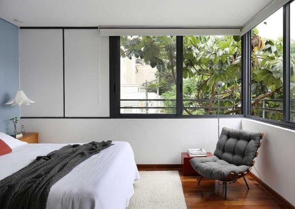 Quarto om janela de vidro ampla